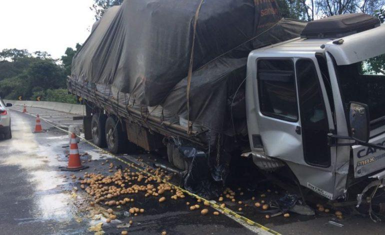 Pneu estoura e, descontrolado, carro invade pista contrária e bate contra caminhão na Rod do Xisto
