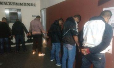 Ladrões dão marcha à ré, arrebentam lojas, levam celulares e são presos minutos depois pela Guarda de Araucária