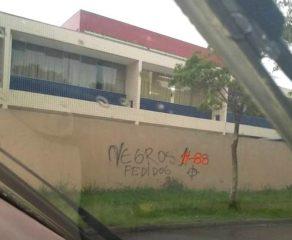 Moradora flagra pichação racista e nazista em muro de escola municipal de Araucária