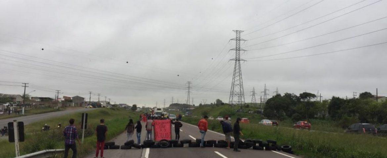 Em protesto por reabertura da UPA da CIC, moradores fecham Contorno Sul