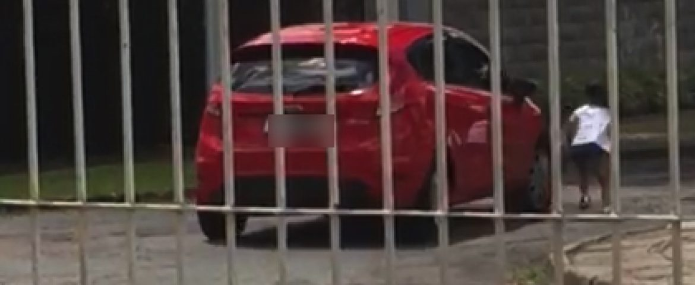 Vídeo de mãe 'abandonando' criança em rua de Curitiba viraliza; polícia investiga