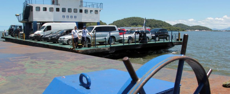 Homem entra a pé em ferry boat com a família e desaparece no mar; dois meninos afogados também sumiram