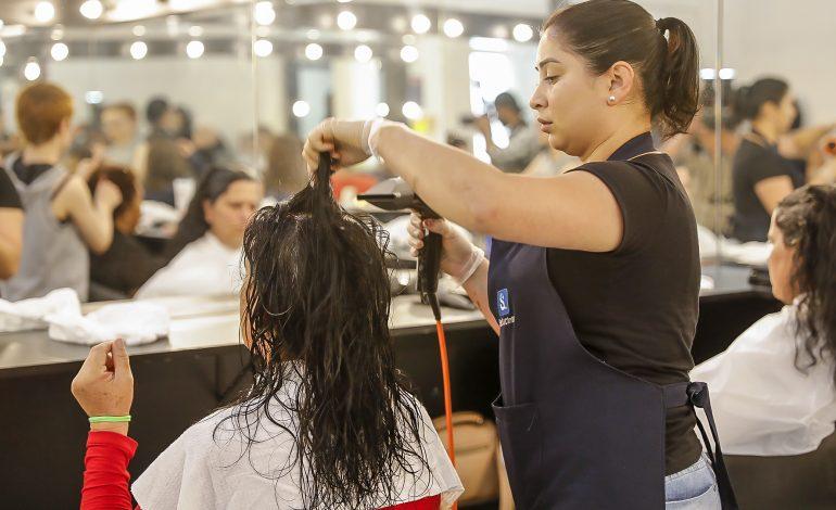 Mães de adolescentes do COMSE ganham dia de beleza no Dia da Mulher em Araucária