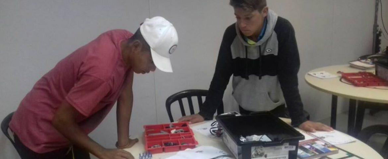 Adolescentes encaminhados pelos CRAS participam de curso de robótica em Araucária