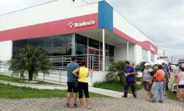 Bandidos fortemente armados aterrorizam clientes e assaltam banco em Araucária