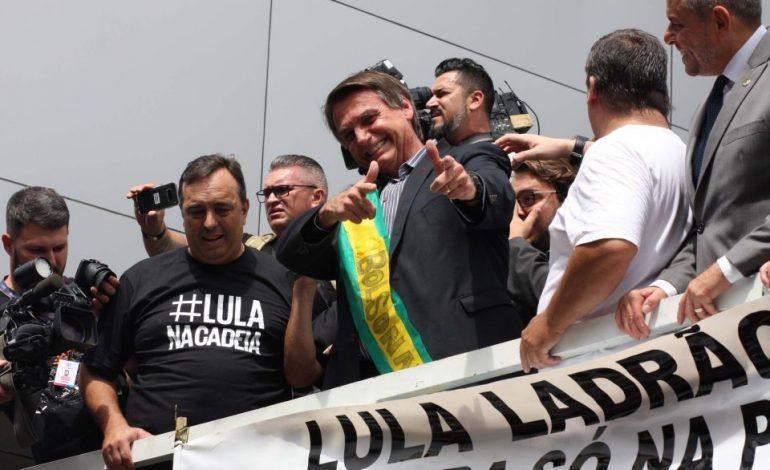 """Bolsonaro anuncia que vai lavar escadarias onde Lula esteve em Curitiba: """"Limpar a sujeira"""""""