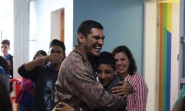 Garoto Cidadão de Araucária recebe rapper 'Criolo' para uma conversa na sede do Projeto