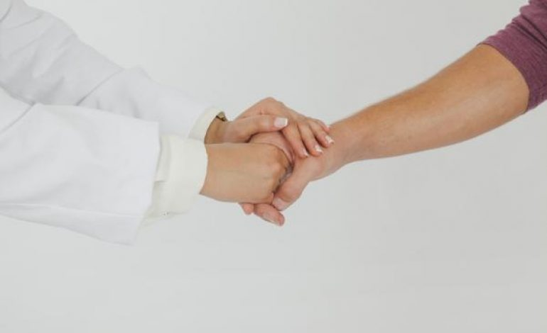 Pacientes com câncer têm direitos como resgate do FGTS e isenção de IPVA e IPI