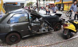 Veículos batidos chamam a atenção para o trânsito no centro de Curitiba