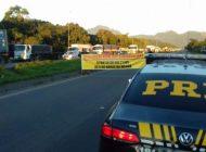 Caminhoneiros bloqueiam as principais rodovias no Paraná contra aumento do preço do diesel