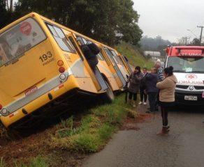 Acidente com ônibus de linha deixa quatro pessoas feridas em Campo Largo ; vídeo