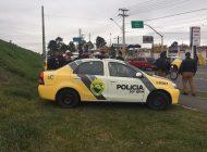 Imagens mostram abordagem de PMs a bandidos que assaltaram comércio em Curitiba