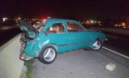 Motorista de Chevette é ejetado em acidente com carreta