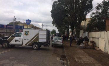Homem é retirado de carro, colocado em paredão e executado com 17 tiros em Curitiba