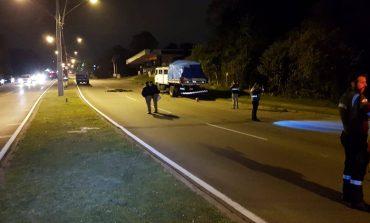 Motociclista morre ao colidir em caminhão estacionado em Araucária