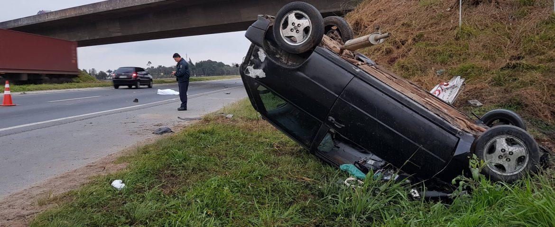Homem é ejetado de carro em capotamento e em seguida morre atropelado em Araucária