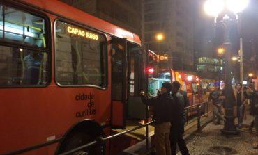 Tentativa de assalto em estação-tubo do Centro deixa cobrador e passageiro baleados