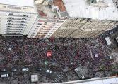 Mulheres lotam o Calçadão da XV de Novembro, em Curitiba, em manifestação contra Bolsonaro