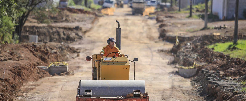 Diversas vias urbanas estão em obras visando pavimentação asfáltica