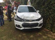 Motorista se envolve em quatro acidentes, foge de todos e só para ao bater contra muro