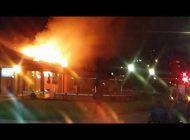 Incêndio de grandes proporções atinge restaurante no Parque Barigui. Veja vídeos