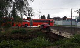 Carro fica pendurado em ponte após batida contra ônibus e motorista agradece 'nova chance