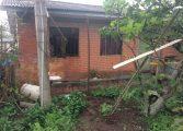 Idoso grita por ajuda, mas morre em incêndio na RMC; bombeiros sem caminhão
