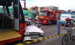 Carro roubado é arrastado por biarticulado; suspeito ficou gravemente ferido