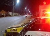 Jovem é assassinado a tiros na RMC; vítima foi baleada enquanto guardava roupas no carro