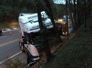 Condutor e criança morrem em acidente entre carro e carreta