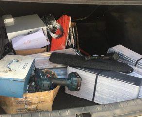 Bando armado amarra funcionários e rouba 500 placas de carros; dois estão presos
