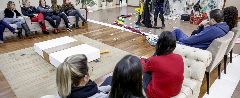 Servidores municipais assistem à peça teatral de sobre reciclagem e redução da produção de lixo