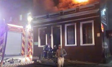 Bar na região central de Curitiba pega fogo e é totalmente destruído; clientes correm para se salvar
