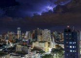 Grande Curitiba registra estragos e raios nesta quarta. Chuva não dará trégua na quinta