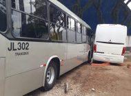Ligeirinho e ônibus dos bombeiros batem no Rebouças e derrubam muro