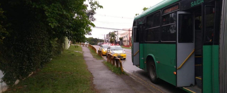 Casal assalta cobrador de ônibus e é detido com ajuda de passageiros em Curitiba