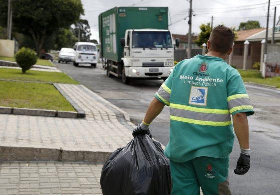Vídeo de coletores de lixo dançando em Curitiba viraliza na internet