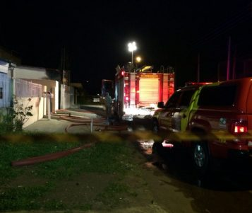 Incêndio destrói casa em Curitiba; chamas podem ter começado em luzes de Natal