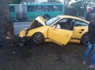 Motorista de Porsche perde o controle e bate em árvore