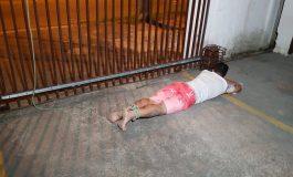 Rapaz invade condomínio e moradores o amarram em portão