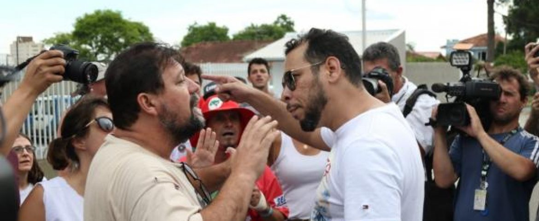 Grupos pró e anti-Lula brigam perto da PF em Curitiba. Veja vídeo