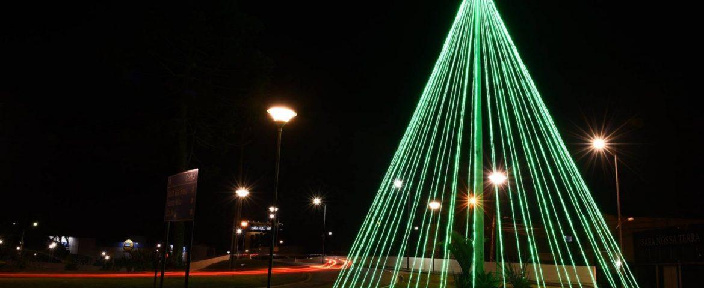 Decoração de Natal em Araucária conta com árvores e anjos