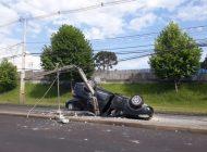 Carro capota após suposta briga de trânsito e motorista que teria provocado acidente foge