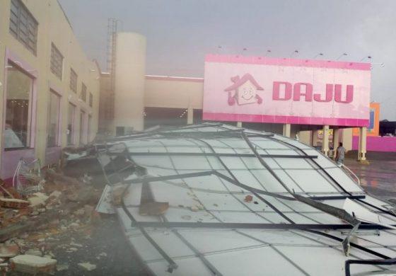 Chuva forte faz painel de loja despencar em cima de carros estacionados na RMC