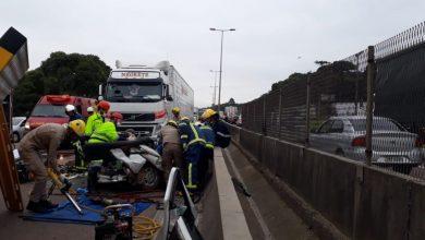 Foto de Carro fica prensado entre caminhões e três ficam feridos em rodovia de Curitiba