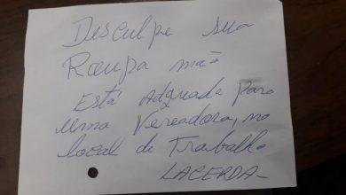 Foto de Durante sessão plenária na câmara de Araucária, homem entrega bilhete para vereadora reclamando da roupa dela