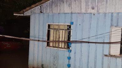 Foto de Casa de madeira pega fogo por causa de balão no Pinheirinho