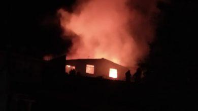 Foto de Fogo destrói casa após criança incendiar colchão em brincadeira com isqueiro em Colombo; uma pessoa morreu