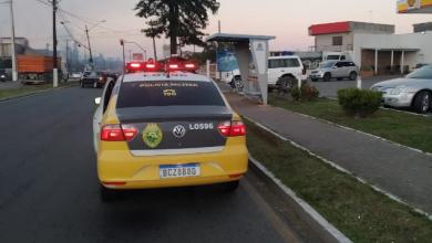 Foto de Motociclista morre após invadir ponto de ônibus em Araucária; pedestre ficou ferido