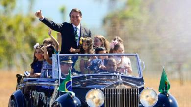 Foto de Bolsonaro cumprimenta populares em solenidade de 7 de Setembro